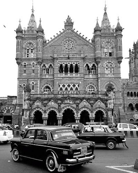 The Chhatrapati Shivaji Terminal (CST) and Mumbai's Taxi, Mumbai, India, November 2009. (Photo: Reza Masoudi Nejad)