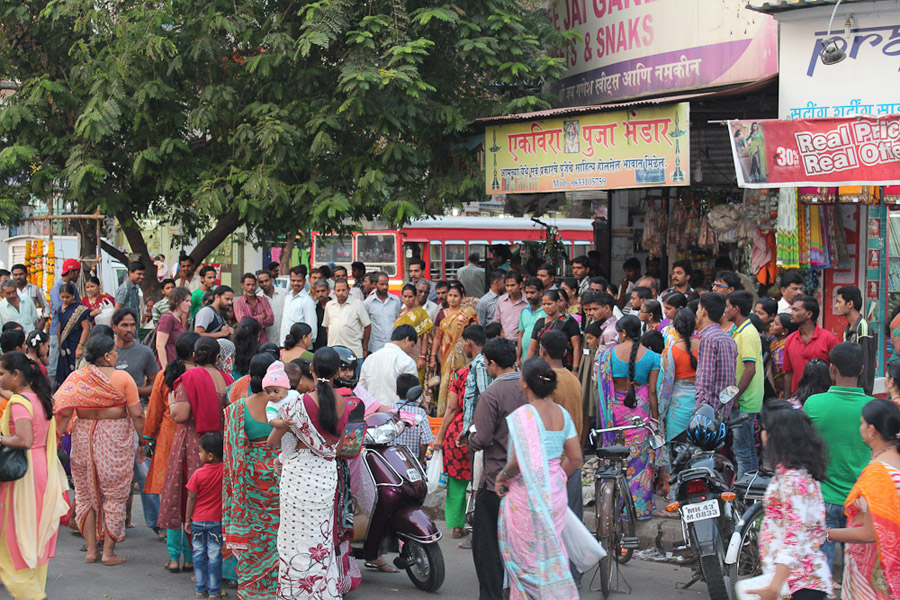 A lot of onlookers when we were shooting in this area of Mumbai. (Photo: Annelies Kusters)