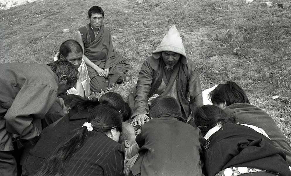 Akha Choyang Rinpoche of Golok blessing pilgrims. (Photo: Dan Smyer Yu)