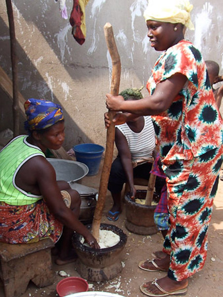 Ataa pounding fufu. (Photo: Annelies Kusters)
