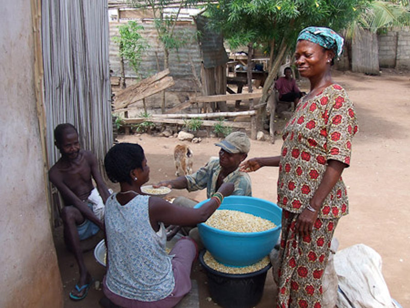 Deaf people giving each other a hand when processing corn. (Photo: Annelies Kusters)