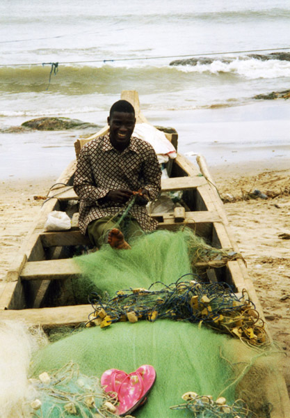 Fisherman repairing his net (Winneba, Ghana). (Photo: Boris Nieswand)