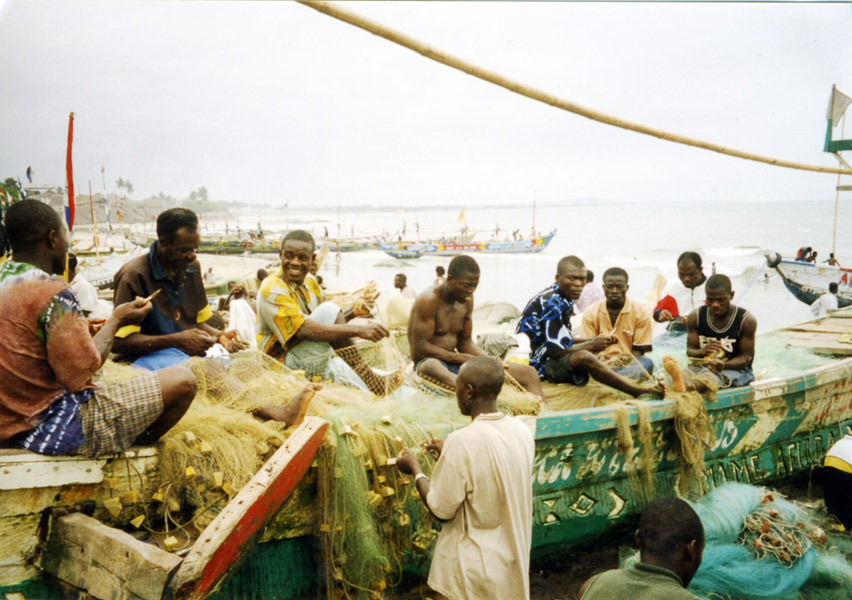 Fishermen reparairing their nets (Winneba, Ghana). (Photo: Boris Nieswand)