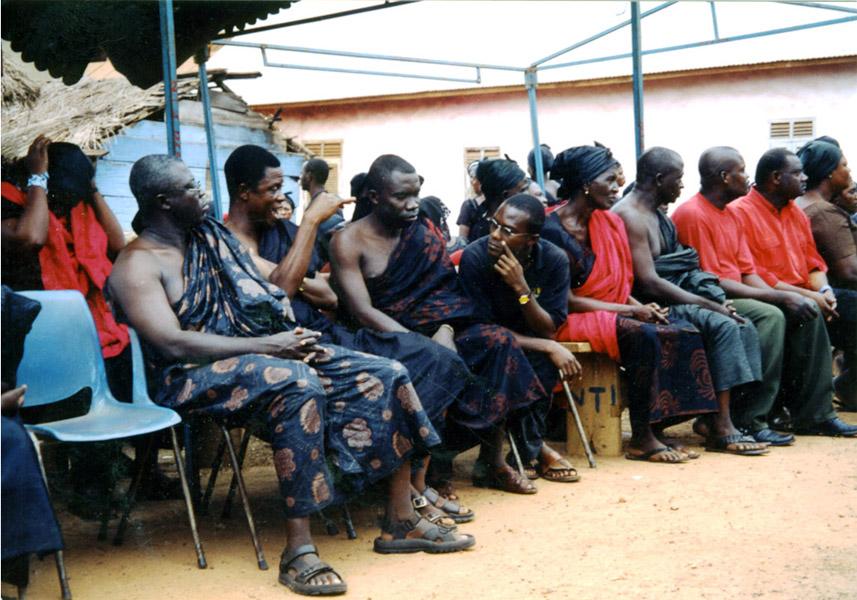 Guests at a funeral (Dormaa Ahenkro, Ghana). (Photo: Boris Nieswand)