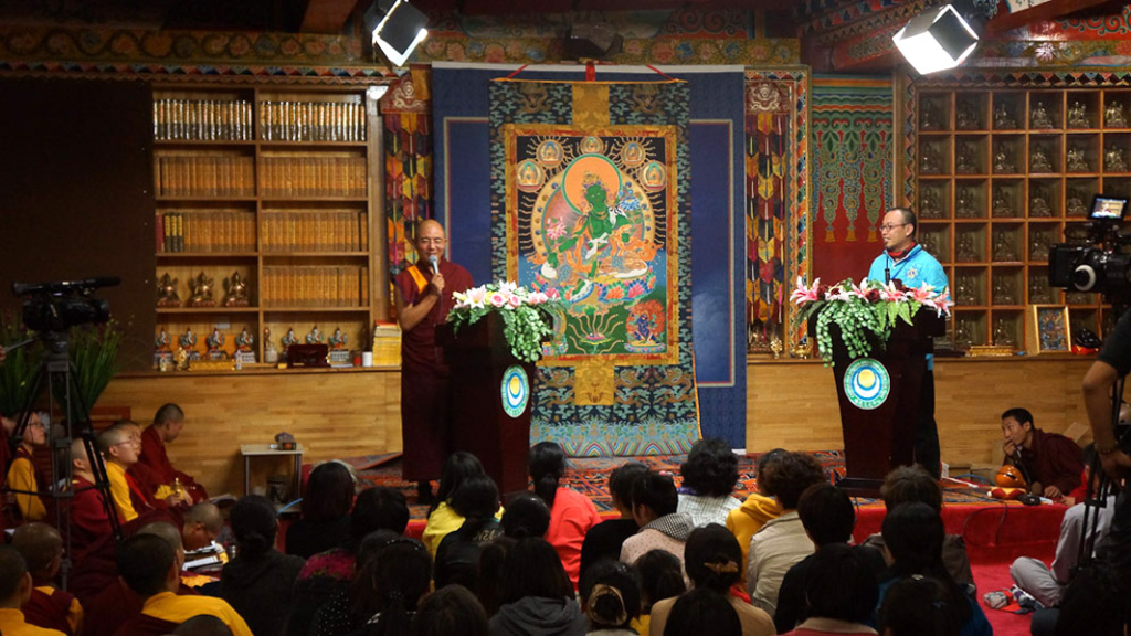 Khenpo Sodargye co-lectures and dialogues with Dan Smyer Yu (MPI) at Larung Gar Buddhist Academy, Summer 2013. (Photo: Dan Smyer Yu)