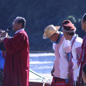 Pastor Robert dirigiert die Massentaufe in Mae Ru Ma Luang Flüchtlingslager. (Photo: Alexander Horstmann)