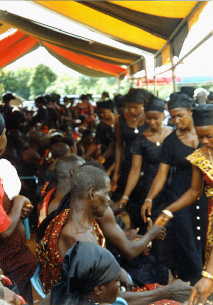Ritual greeting at a funeral (Dormaa Ahenkro, Ghana). (Photo: Boris Nieswand)