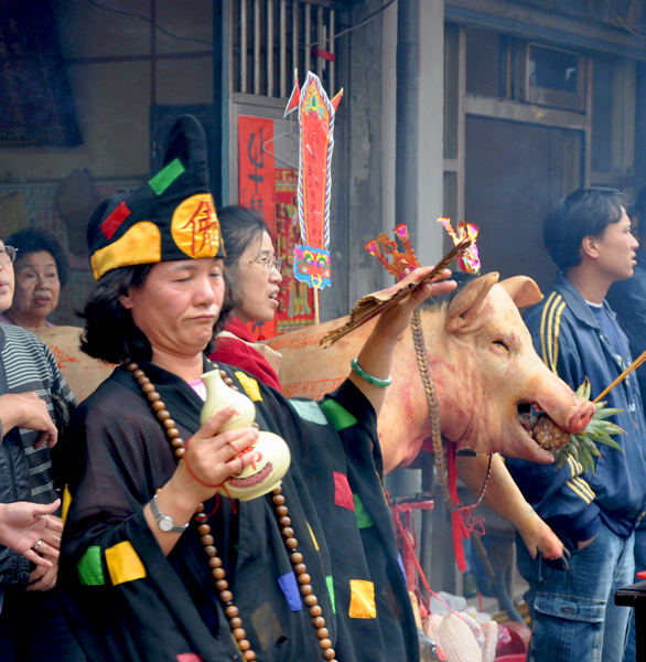 Taiwan – Spirit medium channelling the deity Jigong (1). (Photo: Fabian Graham)