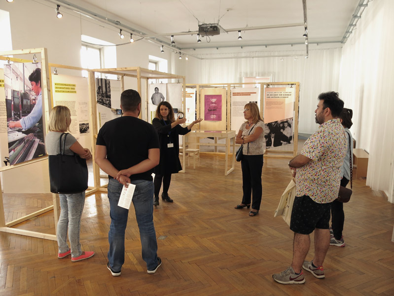 "Visitors of the museum exhibition ""Unter fremdem Himmel"" ('Under a foreign sky') by the association Jukus at Volkskundemuseum Wien on the occasion of the 50th anniversary of the recruitment agreement between Austria and former Yugoslavia. (Photo: Annika Kirbis)"