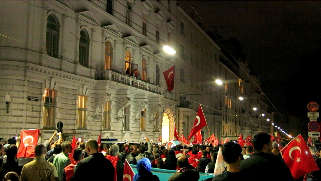 Erdoğan supporters in front of the Turkish embassy on 15 to 16 July 2016 in the night of the attempted coup in Turkey. Across the embassy the Belvedere is located, which was built for Prince Eugene of Savoy, who gained military acclaim in the relief force during the Second Siege. (Photo: Annika Kirbis)