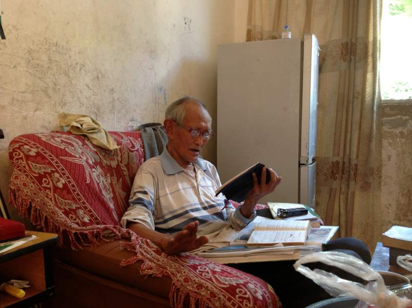 Lisu old pastor singing hymns at his home, Fugong County, 13 June 2013. (Photo: Ying Diao)