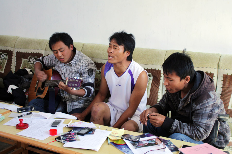 Youth singing Lisu Christian pop (mutgguat ssat) while playing the guitar, Baihualing Church, Lushui County, 29 November 2012. (Photo: Ying Diao)