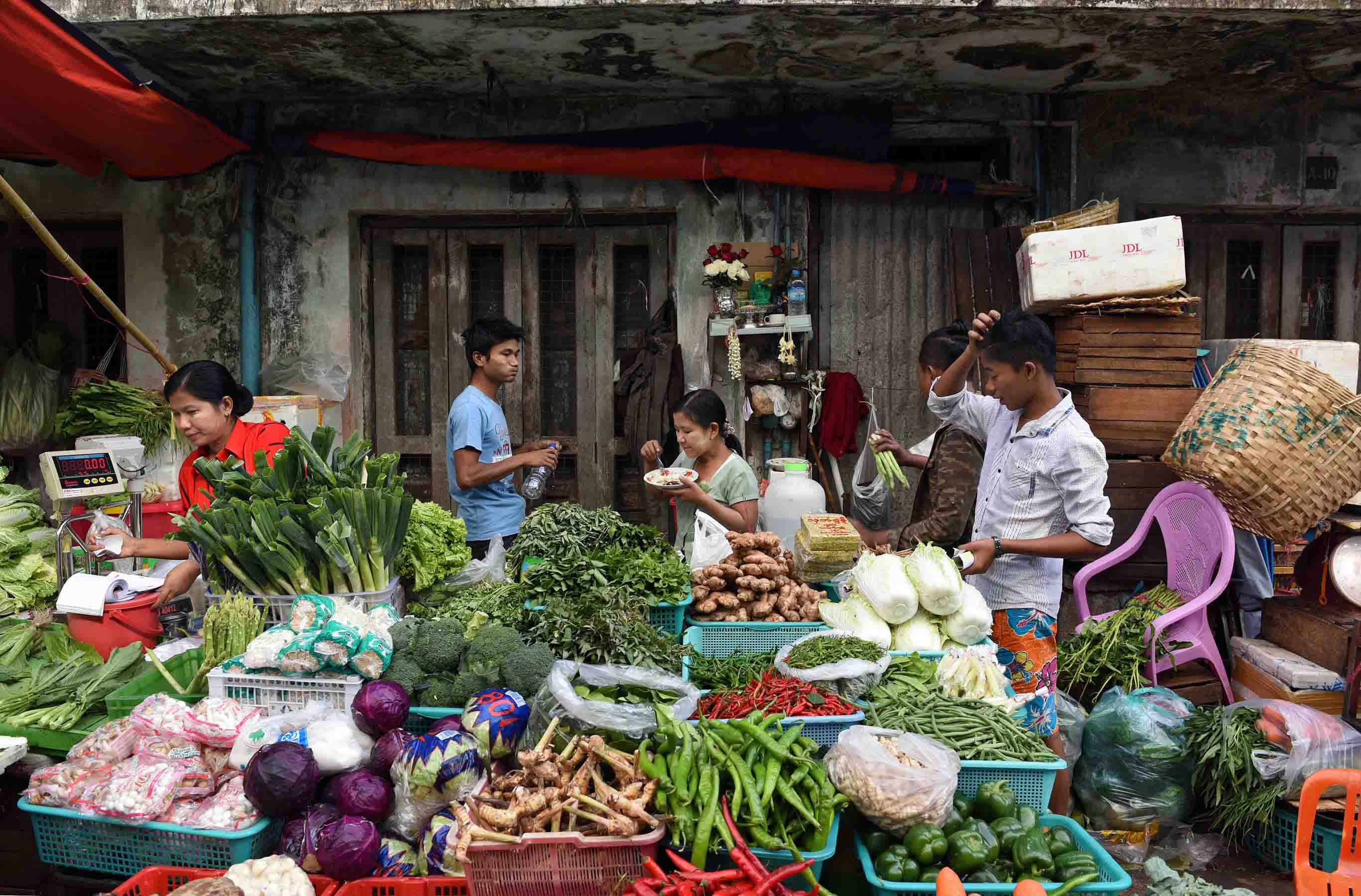 A market stall with fresh vegetables. (Photo: Naomi Hellmann)