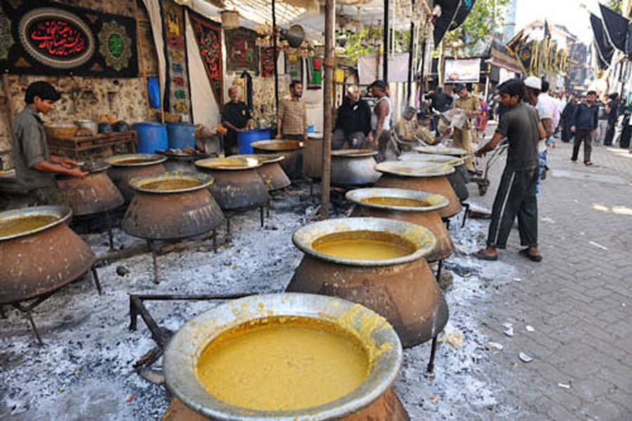 Khichda: off the Moghul Masjid, Dongri, Mumbai, December 2010 - Khichda is Indian porridge; it is an traditional food made and served during Muharram in Mumbai. (Photo: Reza Masoudi Nejad)