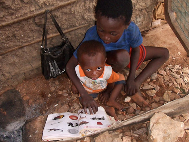 A deaf boy with his baby cousin. (Photo: Annelies Kusters)