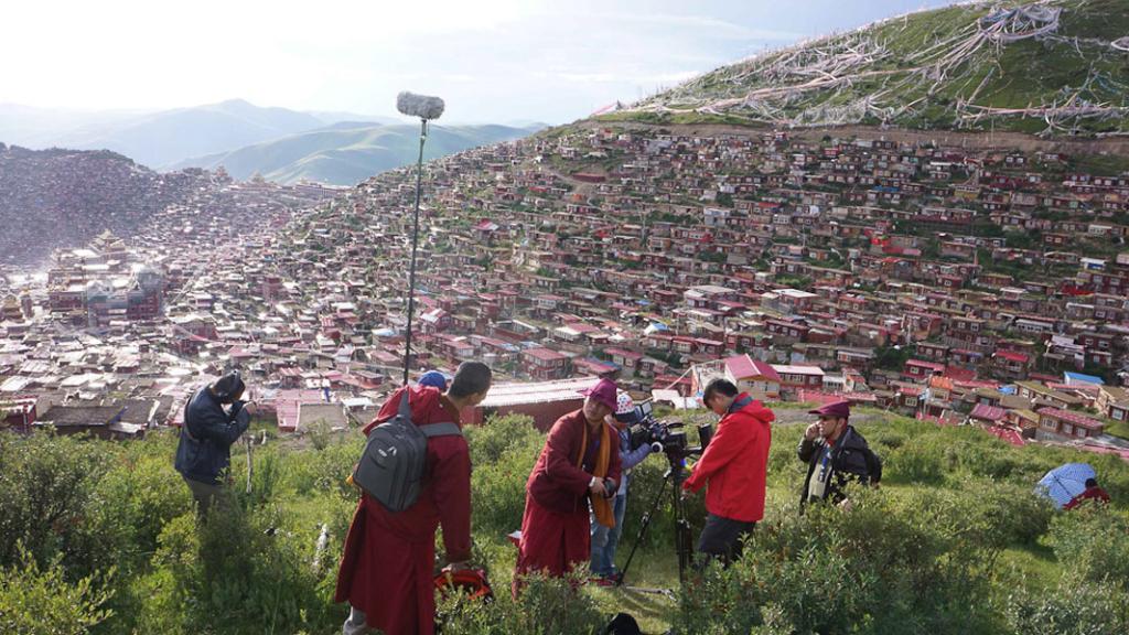An overview of Larung Gar Buddhist Academy, summer 2013. (Photo: Dan Smyer Yu)