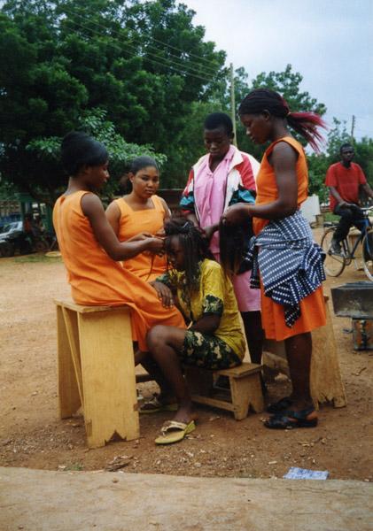 At the hairdresser (Dormaa Ahenkro, Ghana). (Photo: Boris Nieswand)