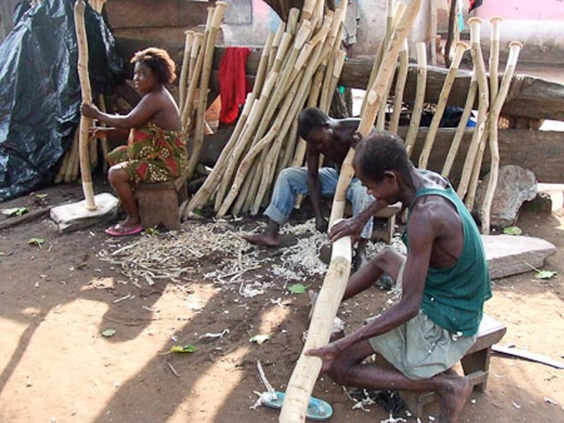 Deaf men working on fufu-sticks. (Photo: Annelies Kusters)
