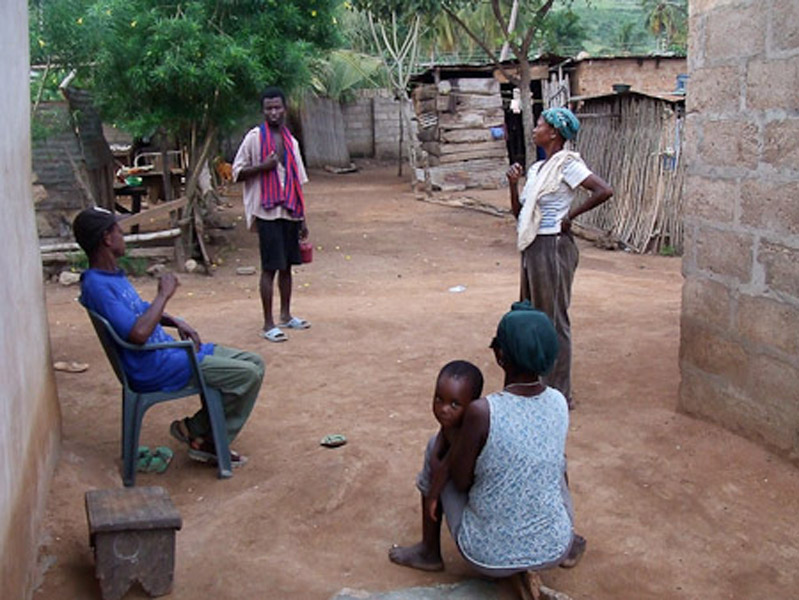 Deaf people chatting on a crossroads between several houses. (Photo: Annelies Kusters)