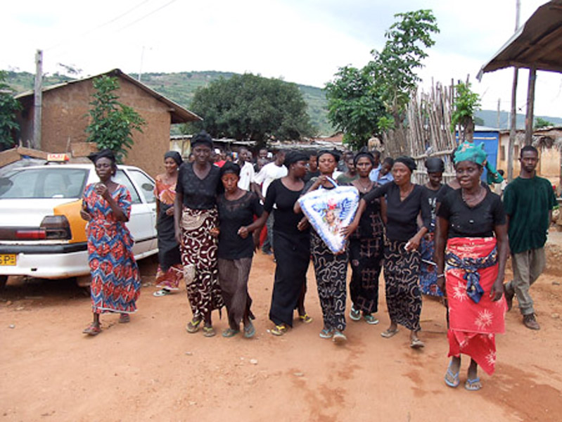 Deaf women carrying a wreath during a deaf man's funeral. (Photo: Annelies Kusters)