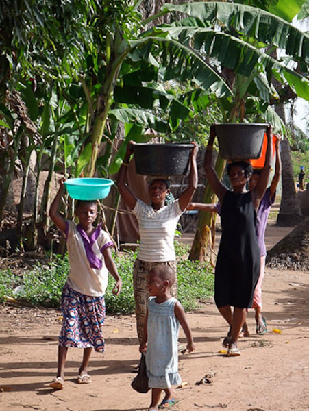 Deaf women returning from the water pump. (Photo: Annelies Kusters)