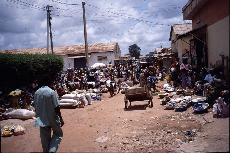 Farmers' market (Korhogo, Côte d'Ivoire). (Photo: Boris Nieswand)