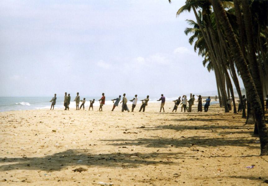 Fishermen pulling a drift net (Central Region, Ghana). (Photo: Boris Nieswand)