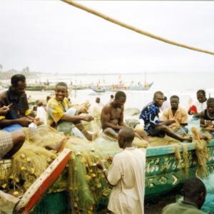 Fishermen reparairing their nets (Winneba, Ghana). (Photo: Boris Nieswand)