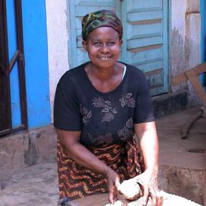 Kassava seller at the market (Dormaa Ahenkro, Ghana). (Photo: Boris Nieswand)
