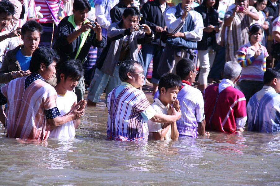 Massentaufe in Mae Ru Ma Luang. (Photo: Alexander Horstmann)