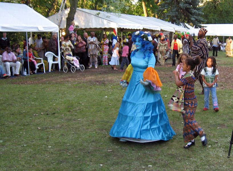 Mysterious blue woman. Ghana@50 celebrations, Berlin. (Photo: Boris Nieswand)