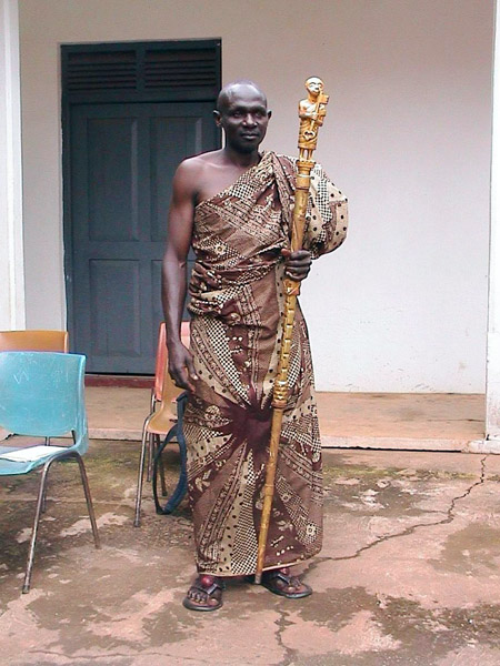 Okyeame (speaker) of the Dormaahene (traditional ruler of the Dormaa District). (Photo: Boris Nieswand)