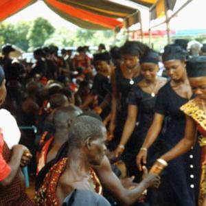 Ritual greeting at a funeral (Dormaa Ahenkro, Ghana). (Photo: Boris Nieswand)