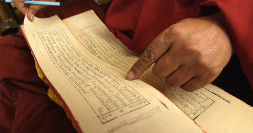 Sutra reading. (Photo: Dan Smyer Yu)