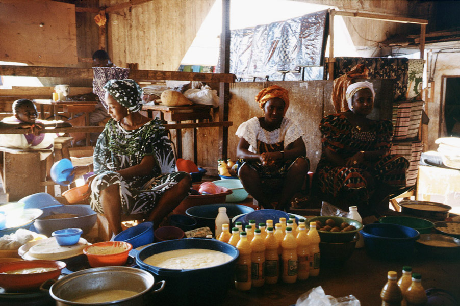 Young urban Fulani women selling milk products (Central Market, Korhogo, Côte d'Ivoire). (Photo: Boris Nieswand)