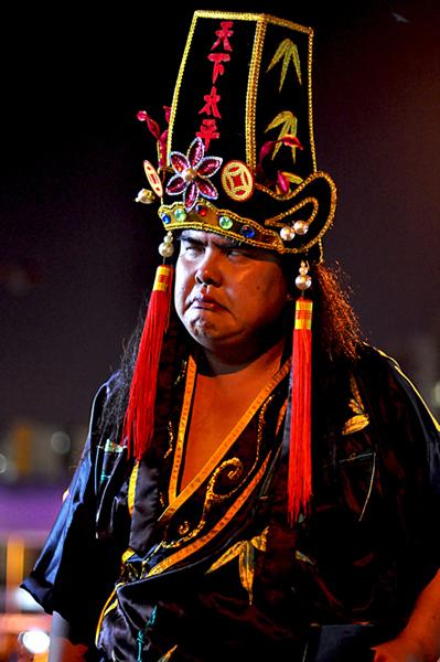 Singapore – Spirit medium channelling the Underworld deity Di Ya Pek. (Photo: Fabian Graham)