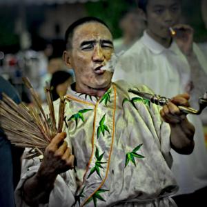 Singapore – Spirit medium channelling the Underworld deity Tua Ya Pek. (Photo: Fabian Graham)