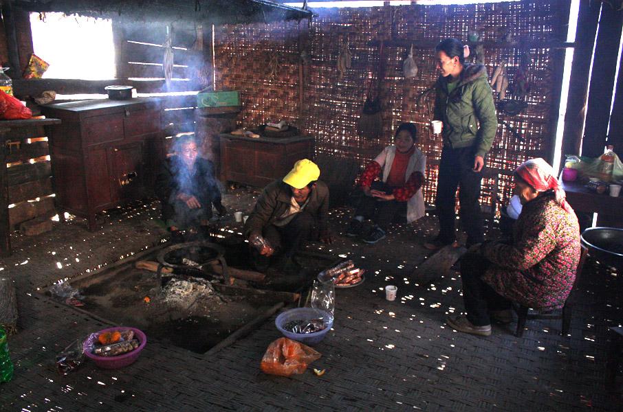 Lisu family sitting around the fireplace (ggutzul in Lisu, huotang in Chinese), 20 December 2012. (Photo: Ying Diao)